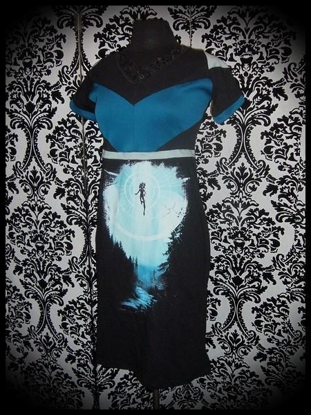 Robe noire Design By Humans détails bleus motif clair de lune - taille M/L