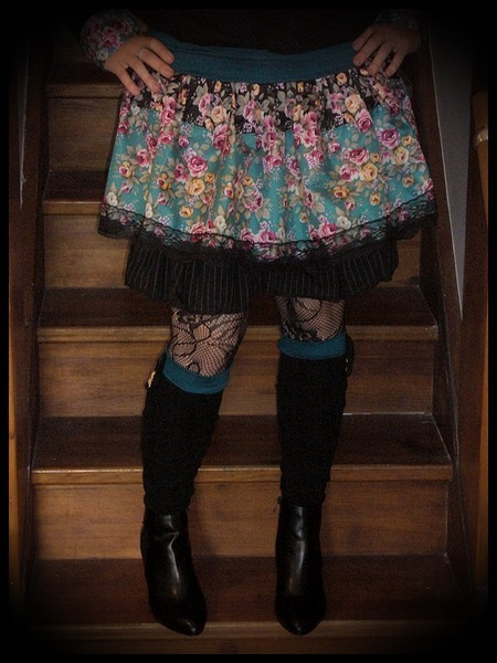 Teal/black ruffled mini skirt floral print - size S/M
