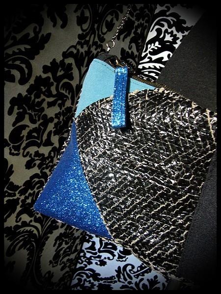 Sac pochette vinyl noir détails bleu clair / bleu roi pailleté