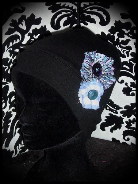 Bonnet noir fleurs en tissu tons bleus