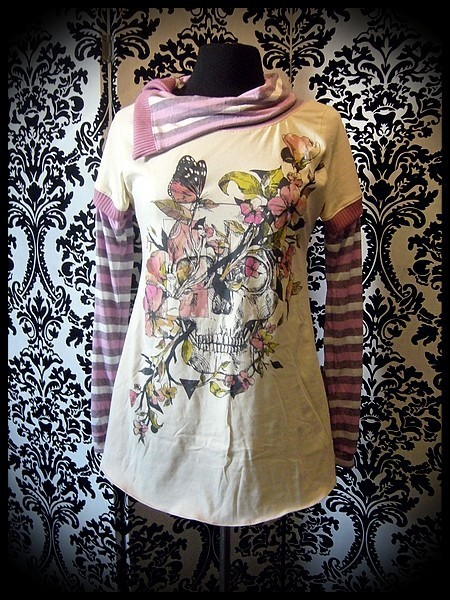 Cream top w/ asymmetrical collar pink details skull print - size S/M