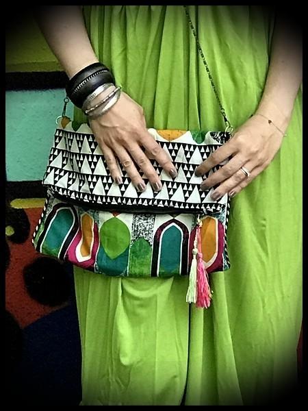 Sac pochette multicolore motifs triangles détails verts