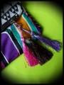 Sac pochette multicolore motifs triangles détails roses