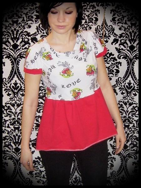 Haut blanc/rouge col drapé motifs tattoos - taille S/M