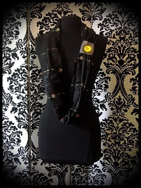 Foulard tube noir motif multicolore brodé