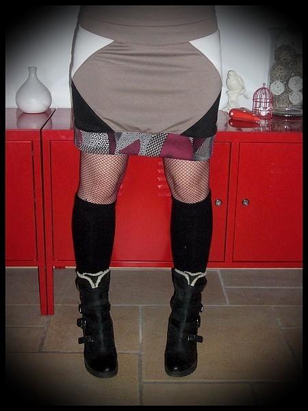 Mini jupe taupe empiècements ivoire et noirs - taille L