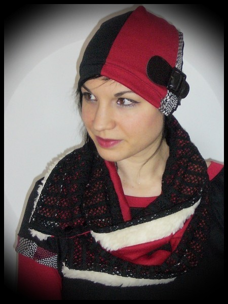 Bonnet noir rouge détail ceinture